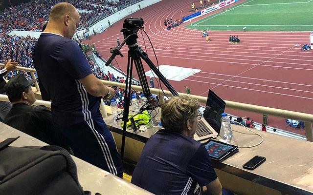 Khi đang tập trung làm việc, bộ sậu trợ lý 4 người của UAE không giấu được thất vọng khi đội nhà bất ngờ phải nhận chiếc thẻ đỏ...