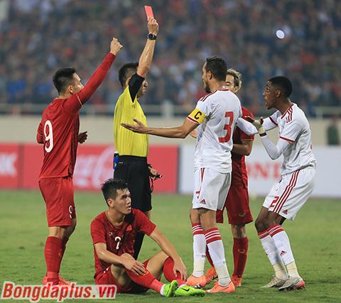 Tấm thẻ đỏ đã khiến UAE chơi thiếu người trước Việt Nam - Ảnh: Đức Cường