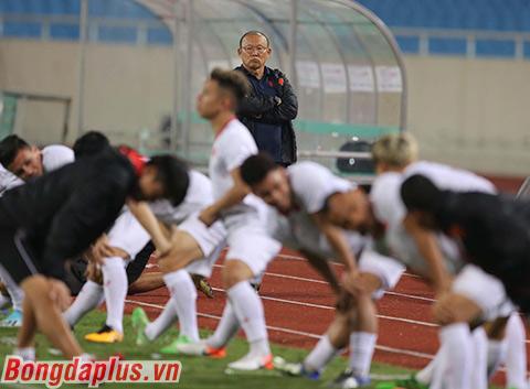 HLV Park Hang Seo đã đau đáu tìm một cặp tiền vệ trung tâm ổn định
