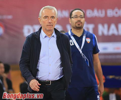 HLV Van Marwijk đã thua trong màn so tài cao thấp với Park Hang Seo - Ảnh: Đức Cường