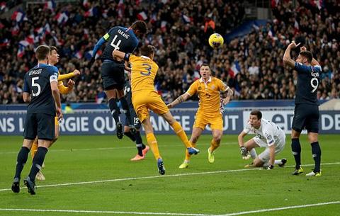 Varane đánh đấu ghi bàn cho Pháp