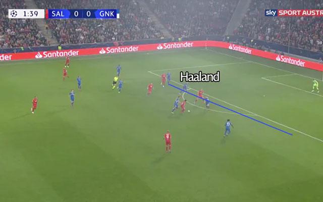 Haaland di chuyển giữa hai trung vệ đối phương