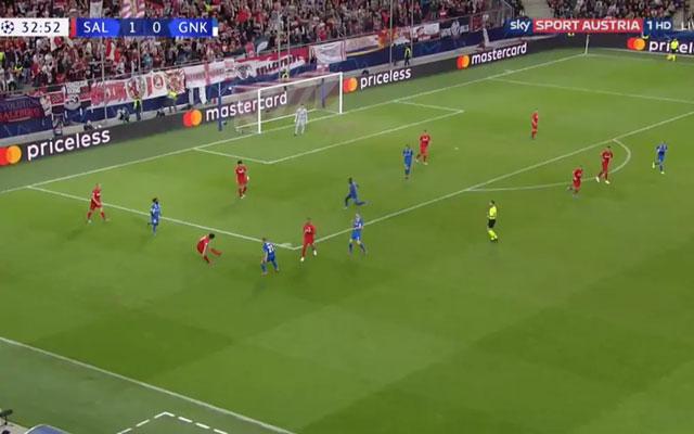 Salzburg lùi đội hình về rất sâu để phòng ngự và phất bóng lên phía trên