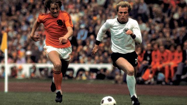 Uli Hoeness (phải) giúp Tây Đức đánh bại Hà Lan để vô địch World Cup 1974