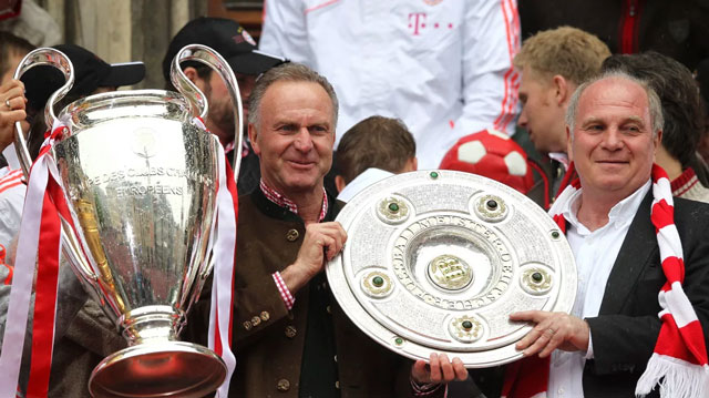 Rummenigge và Hoeness ăn mừng cúp vô địch Champions League và đĩa bạc Bundesliga mùa 2012/13