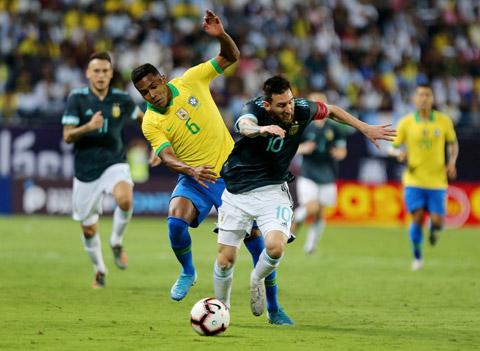 Tình huống HLV Tite tố cáo Messi cố tình ăn vạ kiếm quả phạt