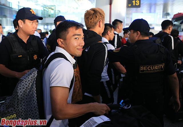 Cầu thủ có chiều cao chỉ 1m58 liên tục bày trò ở sân bay. Anh hết trêu đồng đội đến làm mặt xấu trước đám đông