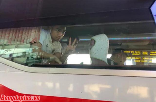 Anh giơ ký hiệu chiến thắng trước ống kính của phóng viên Việt Nam