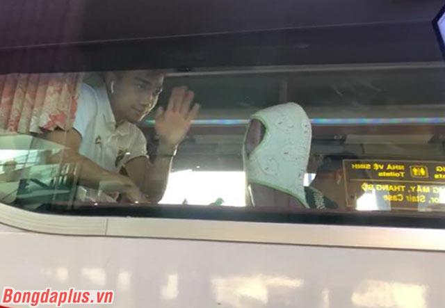 Cầu thủ này vẫy chào người hâm mộ Thái Lan đến Việt Nam cổ vũ