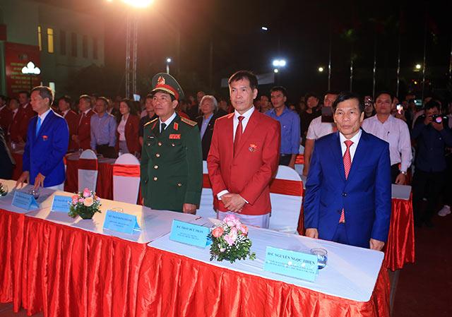 Từ phải sang, ông Nguyễn Ngọc Thiện - Bộ trưởng Bộ Văn hóa, Thể thao và Du lịch cùng ông Trần Đức Phấn - Phó Tổng cục Thể dục Thể thao dự buổi lễ xuất quân