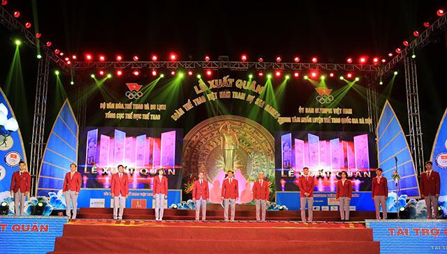 Trưởng đoàn TTVN Trần Đức Phấn và các VĐV tiêu biểu của Đoàn hiện diện trước khán đài