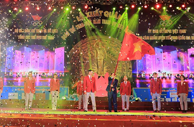 Bộ trưởng Nguyễn Ngọc Thiện trao cờ Tổ quốc cho đại diện Đoàn TTVN