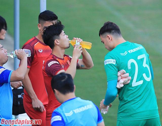 Công Phượng, người đang chịu áp lực lớn cố gắng tập luyện hết mình để thi đấu tốt trước Thái Lan