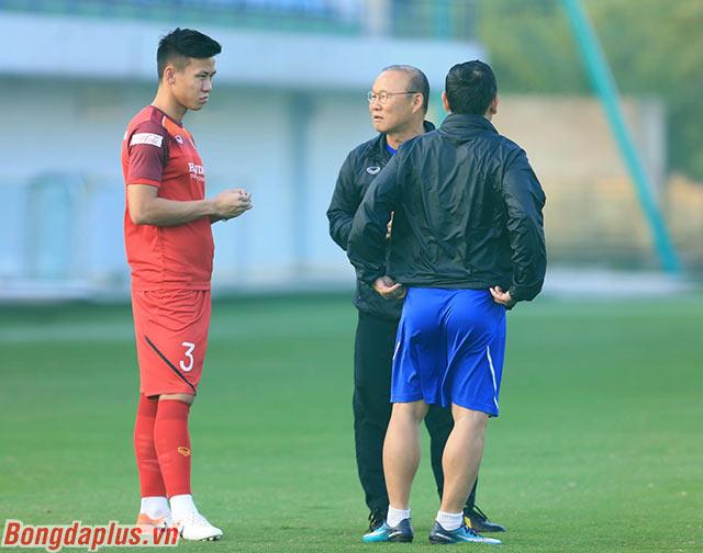 HLV Park Hang Seo trao đổi với đội trưởng Quế Ngọc Hải
