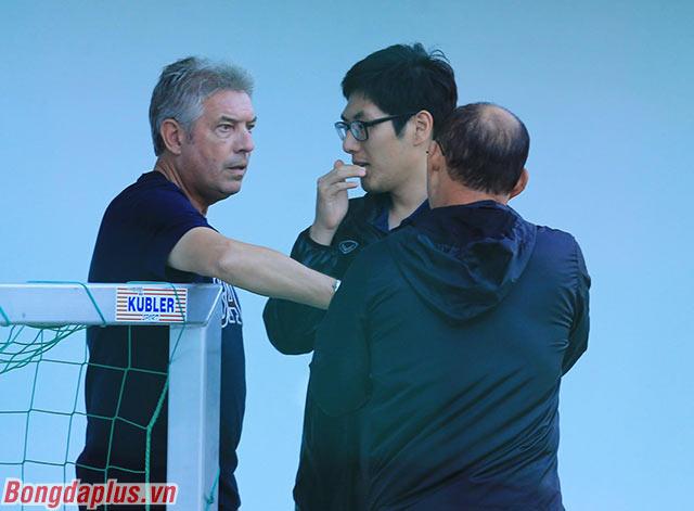 Giám đốc kỹ thuật Juergen Gede nói chuyện thêm về chuyên môn với HLV Park Hang Seo