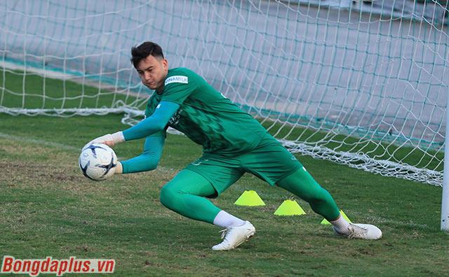 Thủ môn Đặng Văn Lâm, người đã trải qua một mùa giải thành công ở Thái Lan đã hiểu nhiều phong cách chơi của tiền đạo đối thủ