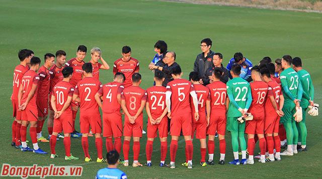 Chiều nay, đội tuyển Việt Nam bước vào tập luyện chuẩn bị cho trận gặp Thái Lan vào ngày 19/11