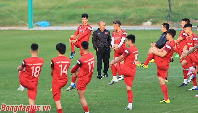 Ông thầy người Hàn Quốc muốn các học trò quên đi chiến thắng trước UAE để tập trung tối đa cho trận đấu với Thái Lan