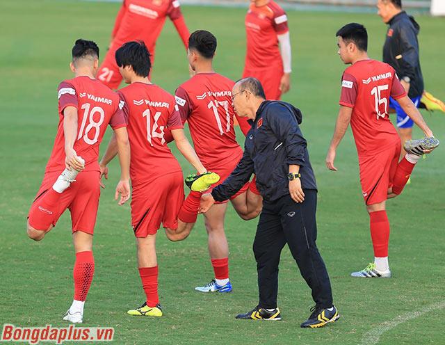 HLV Park Hang Seo hỗ trợ Tuấn Anh khi tập luyện