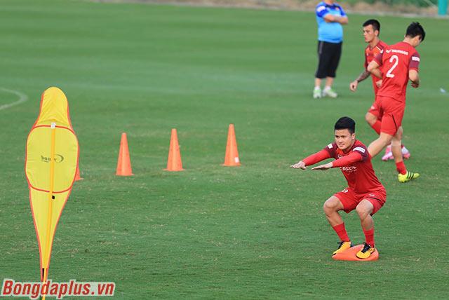 Các cầu thủ đội tuyển Việt Nam được yêu cầu phải giữ thăng bằng trên đệm cao su