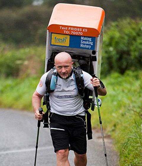 Tony Phoenix-Morrison nổi tiếng trên khắp nước Anh khi chạy marathon với chiếc tủ lạnh trên lưng