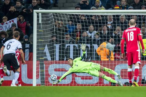 Neuer cản phá cú đá phạt 11m của cầu thủ Belarus