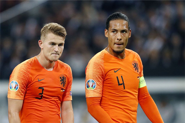 Van Dijk (phải) rất hiếm khi để cho đối thủ vượt qua