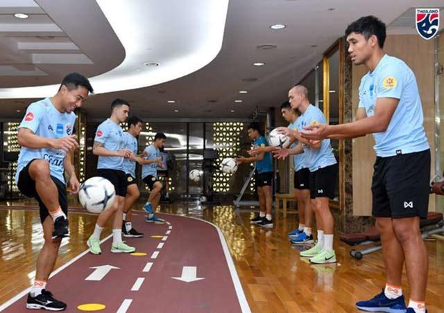 Các cầu thủ Thái Lan thả lỏng, tập nhẹ với bóng tại phòng gym của khách sạn.