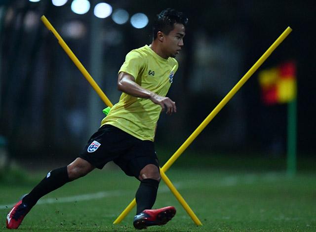 Chanathip Songkrasin đã vấp phải số đông các cầu thủ Việt Nam ở trận lượt đi. Vì vậy, anh đang tích cực di chuyển với bóng vượt chướng ngại vật.