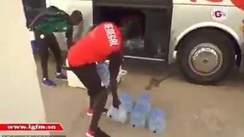 Mane giúp đỡ nhân viên ĐT Senegal xách nước