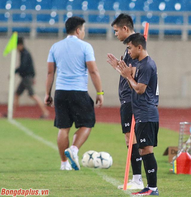 Chanathip Songkrasin cùng các đồng đội cầu nguyện trên sân Mỹ Đình trước khi vào tập luyện