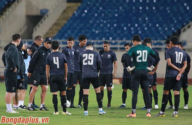 HLV Nishino dặn dò học trò trước khi tập luyện làm quen sân Mỹ Đình