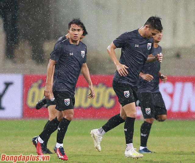 Trời mưa ảnh hưởng đến việc tập luyện của cầu thủ Thái Lan