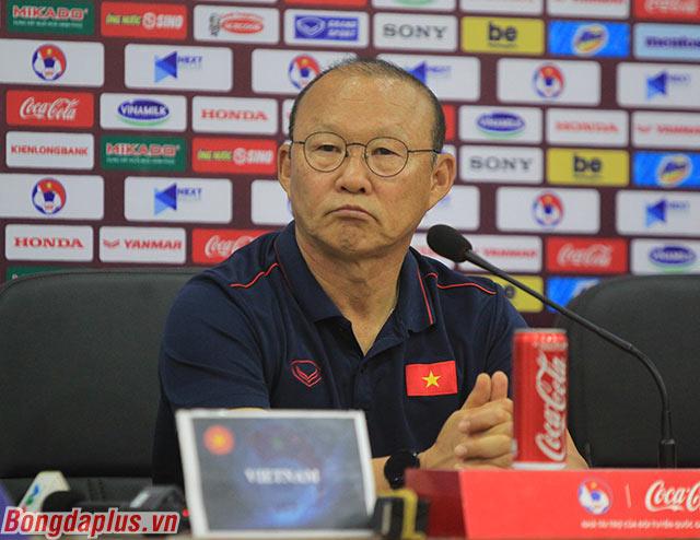 HLV Park Hang Seo trả lời họp báo - Ảnh: Phan Tùng
