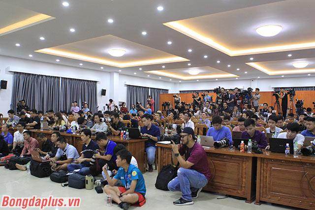 Các phóng viên của Việt Nam và Thái Lan - Ảnh: Phan Tùng