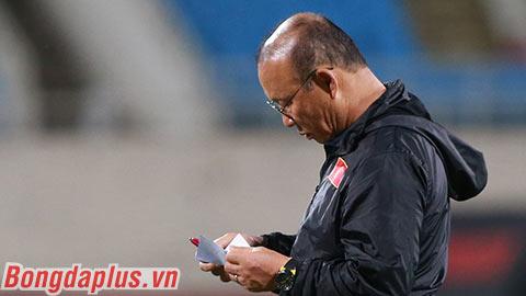 Thầy Park ghi chiến thuật đấu Thái Lan vào giấy