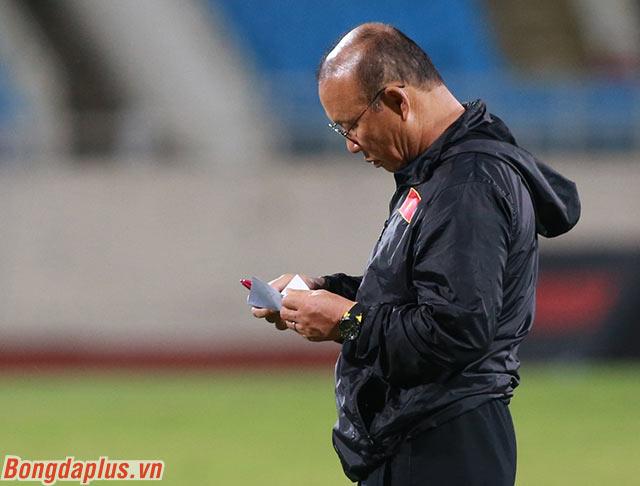 Ông tỉ mỉ ghi đấu pháp đối phó với Thái Lan trong trận đấu vào ngày 19/11 tới qua một tờ giấy