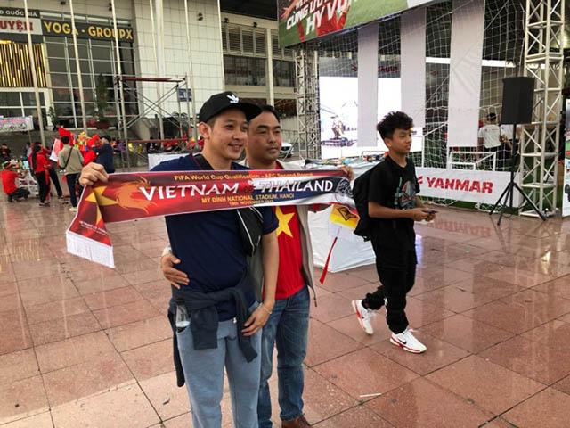 Hai CĐV Việt Nam và Thái Lan chụp hình lưu niệm chung. Ảnh: Phan Tùng