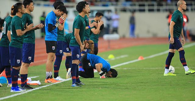 ĐT Thái Lan cầu nguyện trước khi khởi động. Ảnh: Đức Cường
