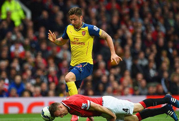Phil Jones ngăn chặn Giroud khi M.U đối đầu Arsenal