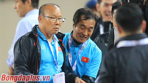 Thầy Park nổi giận vì bị trợ lý Thái Lan cười mỉa mai