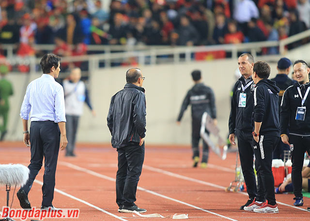 Sau khi trận đấu giữa Việt Nam và Thái Lan kết thúc, HLV Park Hang Seo ra bắt tay ông Akira Nishino. Ngay sau đó, thầy Park quay về phía đội ngũ trợ lý của Thái Lan