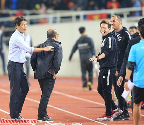 Hai trợ lý (trong hình) khiêu khích HLV Park Hang Seo - Ảnh: Đức Cường