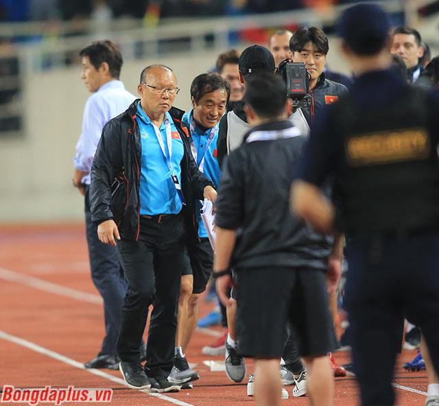 Trợ lý Lee Young Jin đưa ông Park Hang Seo trở về cabin của đội tuyển Việt Nam