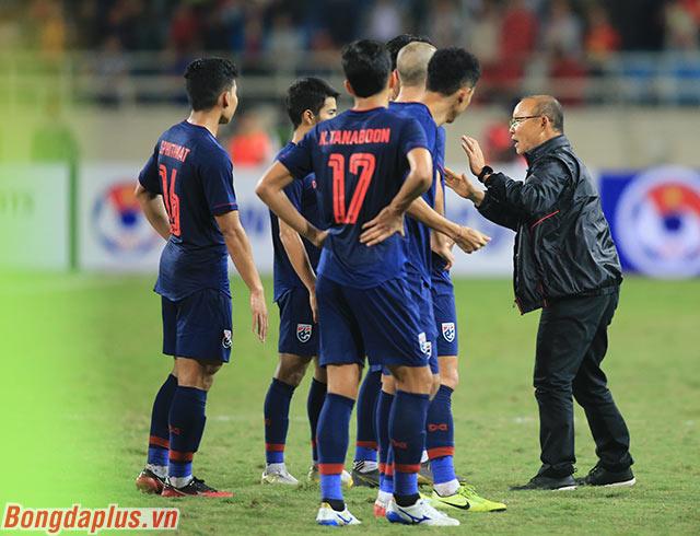 Nhà cầm quân Hàn Quốc sau đó bắt tay và chào tạm biệt các cầu thủ Thái Lan