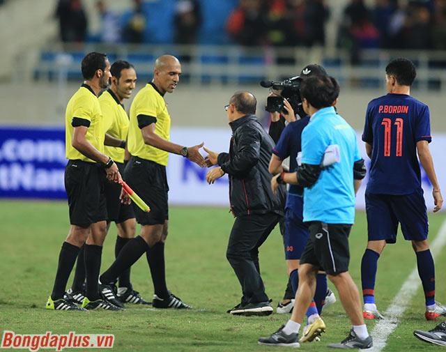 Dù trọng tài chính đưa ra 2 quyết định bất lợi cho Việt Nam nhưng HLV Park Hang Seo vẫn giữ phép lịch sự sau khi trận đấu kết thúc