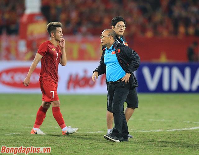 Thầy Park tiến đến giữa sân, nơi đội tuyển Việt Nam chào khán giả nhà