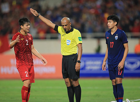 Trọng tài Ahmed Al - Kaf không nhận bàn thắng của Bùi Tiến Dũng - Ảnh: Đức Cường