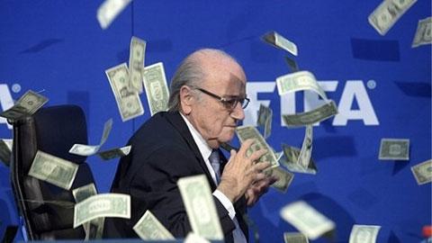 Sepp Blatter bị diễn viên hài người Anh Lee Nelson ném tiền vào mặt