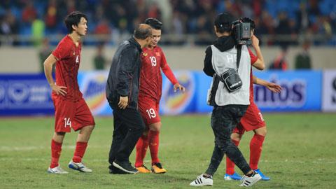 Thầy Park động viên Quang Hải và đồng đội sau trận đấuẢnh: Tuấn Cường
